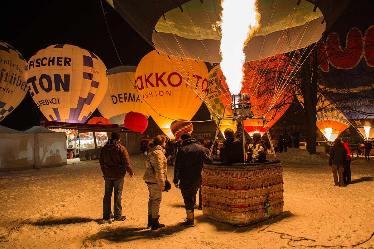 Heißluftballos am Winterhimmel