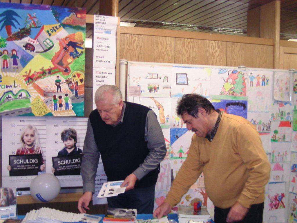 (v. l.) Klaus Kozuch und Reinhardt Traurig beim Aufbau der Ausstellung
